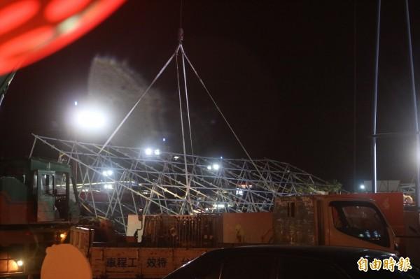 花蓮太平洋燈會舞台的燈架今晚被強風吹倒。(記者王錦義攝)