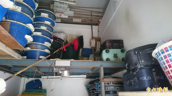 倉庫內放置漁具及外籍漁工行李,卻成為竊賊藏放贓物之所。(記者劉禹慶攝)