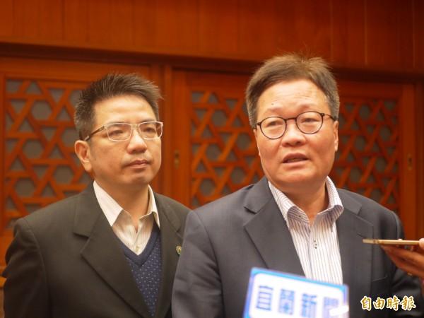 宜蘭代理縣長陳金德(右)承諾補助宜蘭市1億元,解決淹水問題。(記者簡惠茹攝)
