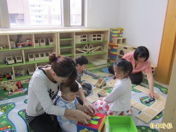 婦女館每月都有各種豐富的活動課程,為了讓媽媽們安心上課,婦女館更貼心安排專業托育人員。(記者王駿杰攝)