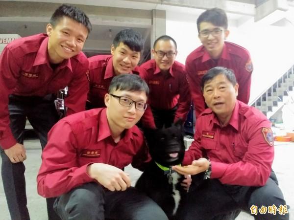 消防隊員知道隊犬保住後都相當開心。(記者簡惠茹攝)