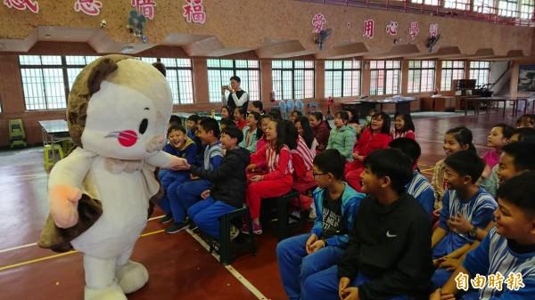 可愛的白面鼯鼠布偶讓學生們好愛。(記者王秀亭攝)