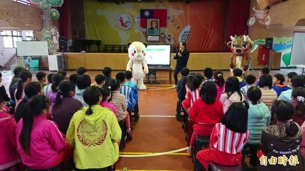 台東林管處關山工作站利用動物布偶,吸引小學生的注意力。(記者王秀亭攝)