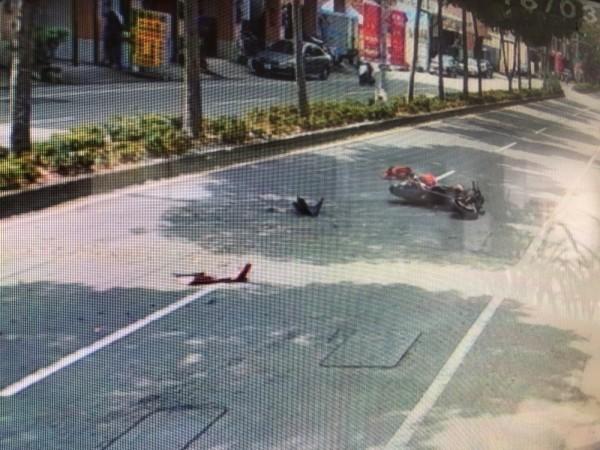 潘生的機車噴飛至少30公尺外的道路中央。(記者佟振國翻攝)