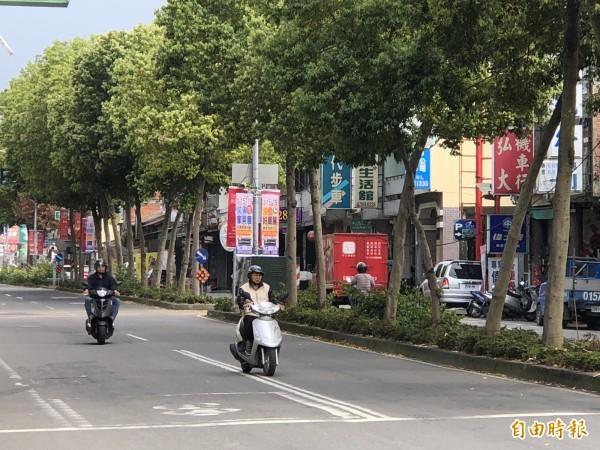 埔里鎮中山路3段與水裡巷的丁字路口,常有機車違規跨越雙白實線由中山路左轉水裡巷,也導致事故頻傳。(記者佟振國攝)