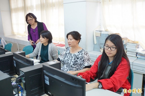 媽媽們到學校「玩電腦」,翻轉對電腦遊戲的刻板印象。(記者詹士弘攝)