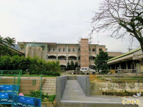 南投水里鄉玉峰國小將轉型英語品格學院,校舍改善工程也將進入尾聲。(記者劉濱銓攝)