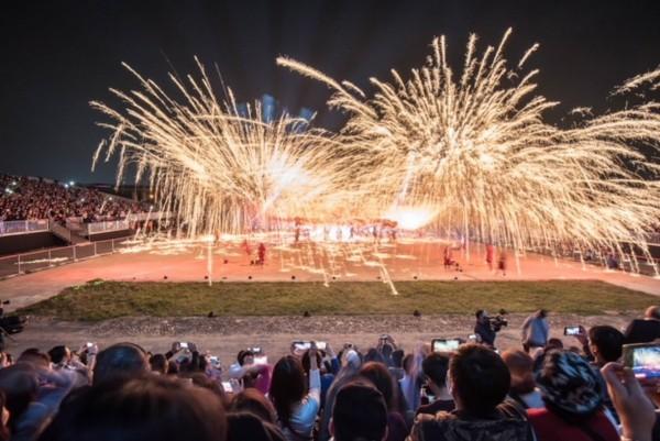 銅梁火龍在縹紗舞台表演,觀眾天天大爆滿,明年可能改變場地。(南投縣政府提供)