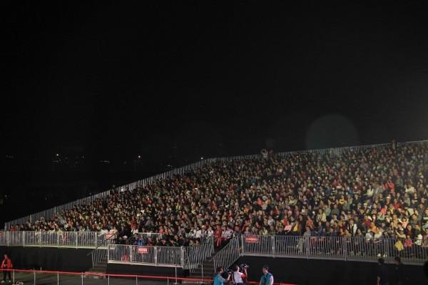 南投縹紗舞台3天4場銅梁火龍表演均座無虛席,很多人根本進不去。(南投縣政府提供)