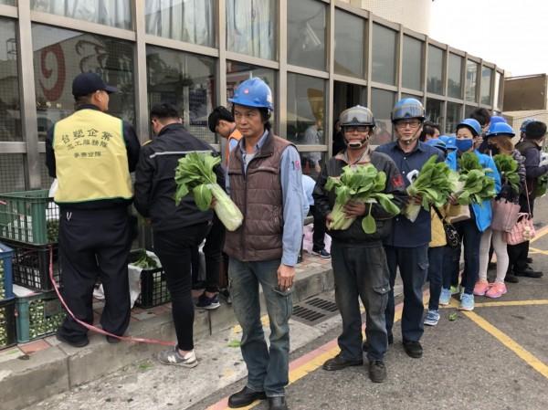 台塑六輕廠今起連3天送蔬菜給員工帶回家。(民眾提供)