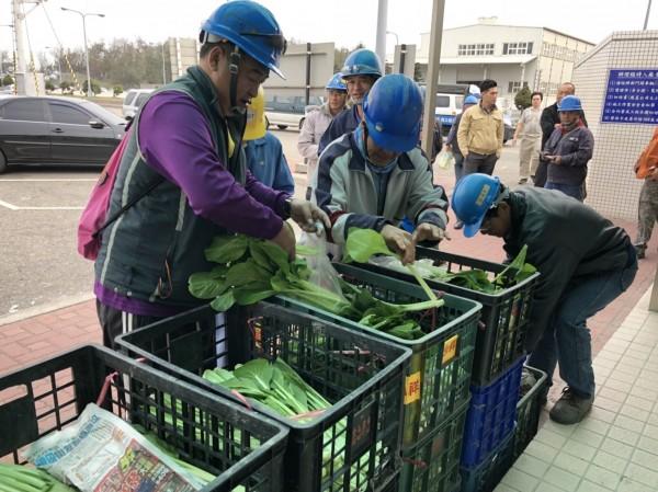台塑六輕送員工蔬菜助農民。(民眾提供)