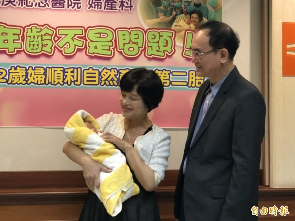 吳女士上月底順利自然產一名男嬰。(記者吳亮儀攝)