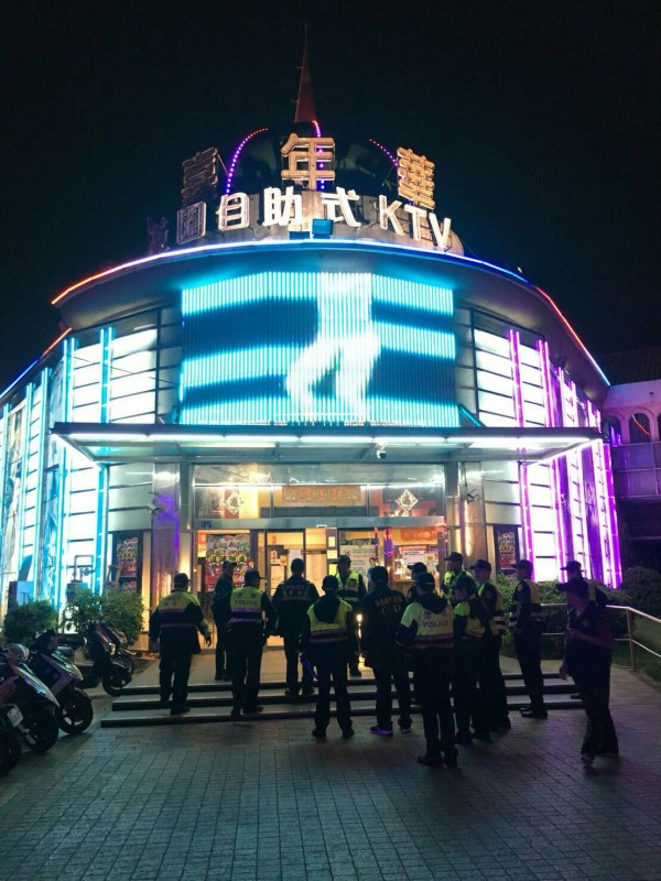 頭份嘉年華KTV屢容留未成年青少年深夜逗留,遭罰停業3天。(記者鄭名翔翻攝)