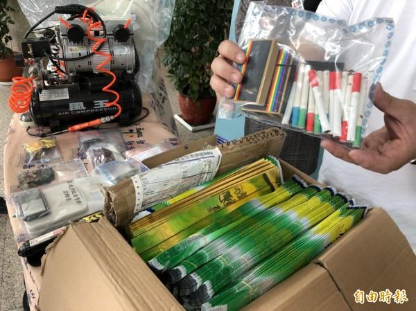 警方起獲大麻、梅片、粉狀搖頭丸,以及含有一粒眠、FM2成分的新興毒品「彩虹煙」等各式毒品(記者邱俊福攝)