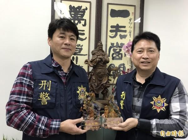 彰警刑大偵三隊長洪信哲(右)、警務員蔡振輝(左)手持連2年獲頒的編號001破案獎座,相當珍貴。(記者湯世名攝)