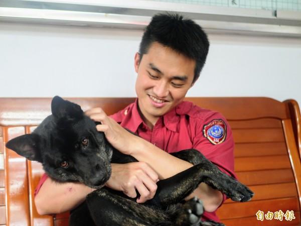 南方澳分隊的消防工作犬歐霸由分隊從小養大。(記者簡惠茹攝)