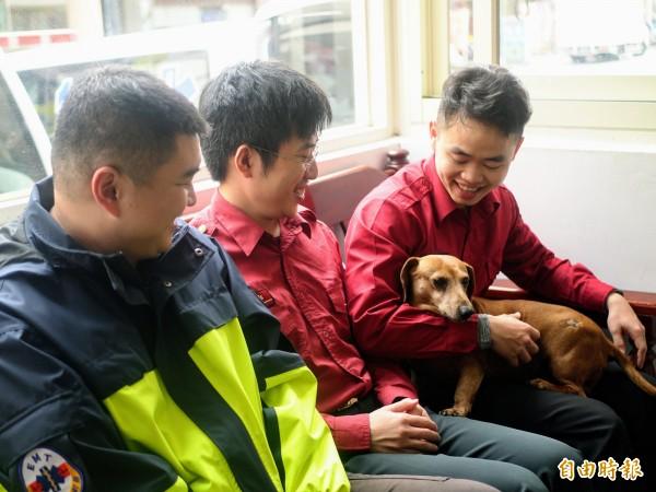 羅東分隊的消防工作犬翔翔跟隊員感情深厚。(記者簡惠茹攝)