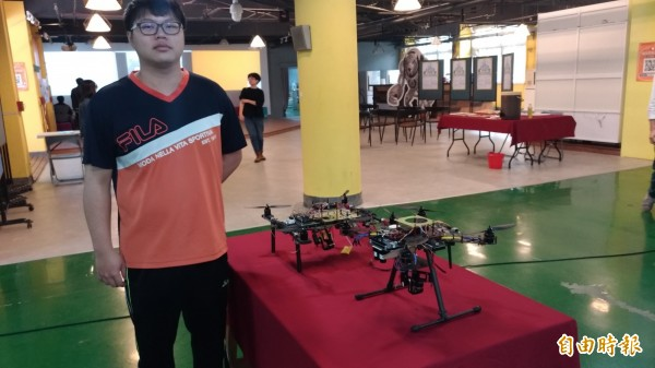 參賽團隊說明無人飛機設計理念。(記者廖淑玲攝)