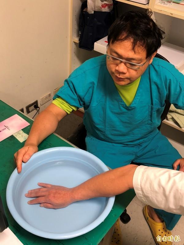 陳重銘醫師說明若民眾遭魟魚刺傷,可先浸泡約45度溫水至少半小時,同時儘速就醫治療。(記者佟振國攝)