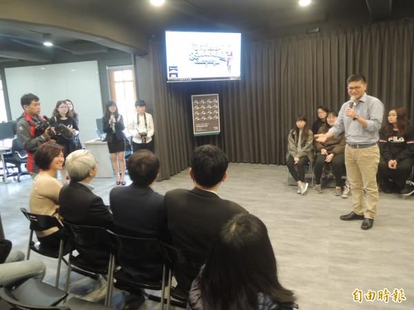 國立交通大學「實境創客空間」今天在客家文化學院啟用,希望學生能走在產業前端、發明未來。(記者廖雪茹攝)