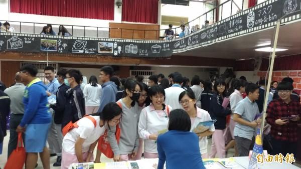 許多學生到各校攤位前詢問蒐集相關資訊。(記者廖淑玲攝)