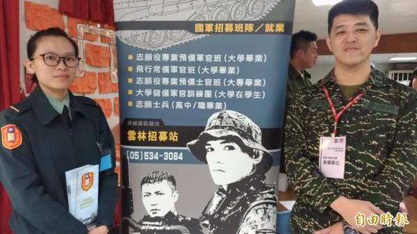 國軍陸戰隊上士莊文華(右)、陸軍少尉廖珮吟(左)現場導覽解說。(記者廖淑玲攝)