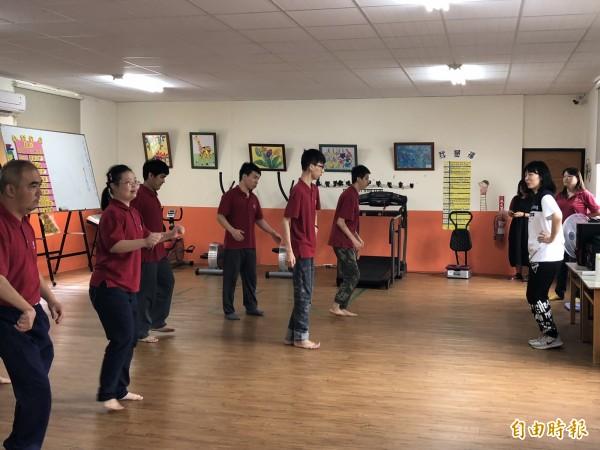 學員們認真在老師帶領下跳舞。(記者羅欣貞攝)