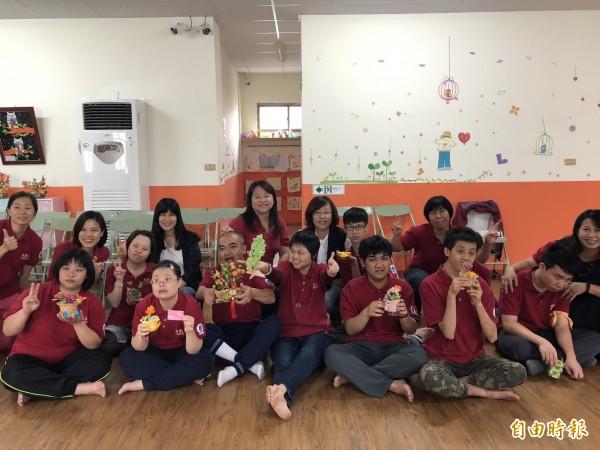 設在九如鄉大坵社區的社區式日間服務佈建據點,學員們開心秀出作品。(記者羅欣貞攝)