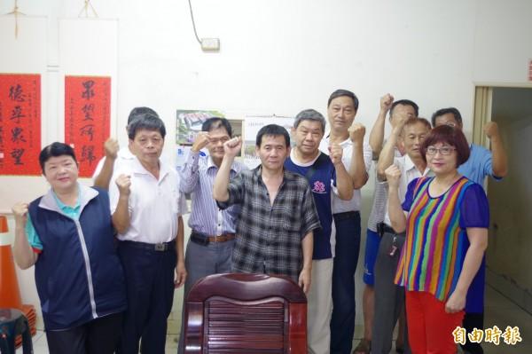 嘉義市導明里長劉沛源(前排左四)涉嫌詐欺取財罪被起訴。(記者丁偉杰攝)