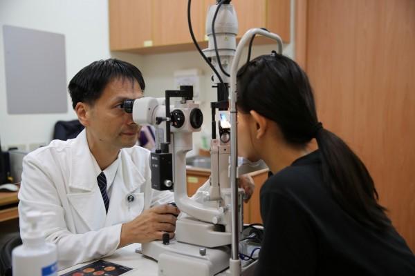 一般學童近視後,若未適當控制,每年度數恐會持續增加100度以上,超過600度就是高度近視。(花蓮慈院提供)