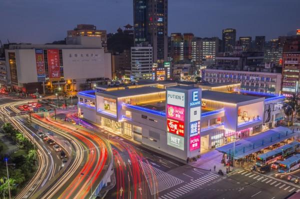 基隆東岸停車場商場,夜間明亮。(基隆市政府提供)