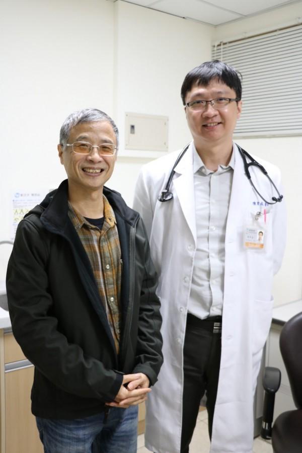 宜蘭邱先生(左)半夜上網身體不適,被診斷出急性心肌梗塞,醫師陳韋成(右)緊急處置,助他脫離險境。(圖由羅東博愛醫院提供)