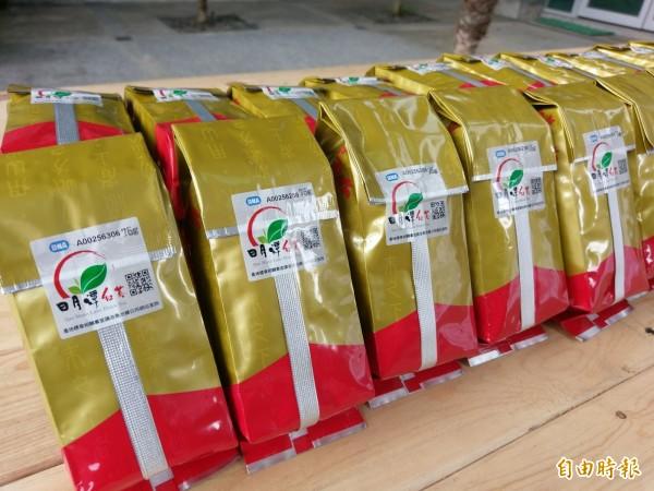 魚池鄉公所推廣紅茶產地標章,今年還加上QR code,讓茶葉溯源更方便。(記者劉濱銓攝)