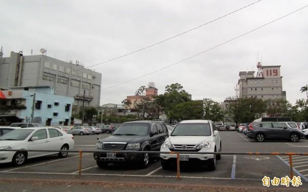 花蓮市公所有意將位於花蓮市中央路慈濟醫院前方的2000坪停車場,打造結合辦公廳舍的立體停車場,盼能一解車位及建物老舊不敷使用等問題。 (記者王峻祺攝)