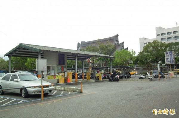 位於花蓮市中央路慈濟醫院前方的2000坪停車場,9年來由市公所委外經營,今年8月底合約將到期。(記者王峻祺攝)