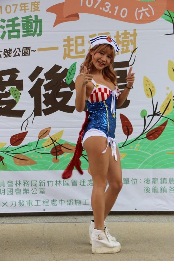 後龍鎮公所將於本週六舉辦植樹節活動,今日記者會找來辣妹熱舞宣傳。(記者鄭名翔攝)