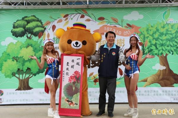 後龍鎮長朱秋隆邀請鄉親一同參加植樹活動,綠化家園。(記者鄭名翔攝)