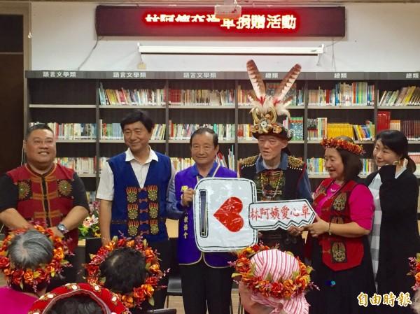 康錦輝再(右3)為部落帶來一部交通車,被譽為是原鄉耶誕老公公。(記者邱芷柔攝)