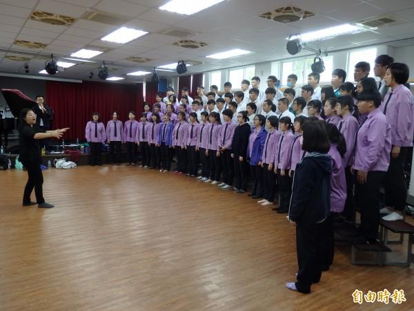 竹山高中合唱團平時團練時間不多,但仍把握每次練習機會,才屢屢在全國音樂比賽獲得好成績。(記者劉濱銓攝)