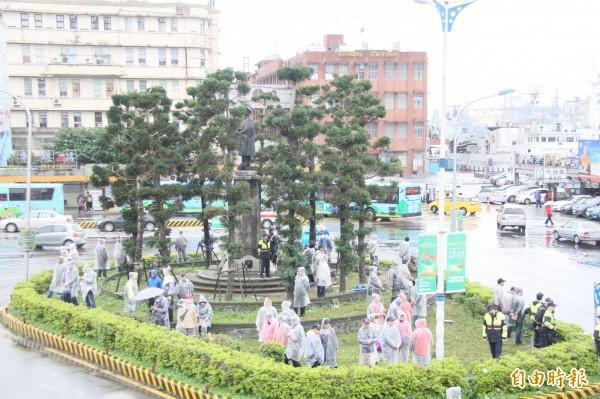 自由台灣黨主席蔡丁貴去年也曾到基隆抗議,要求拆除基隆火車站前圓環的蔣介石銅像。(記者林欣漢攝)