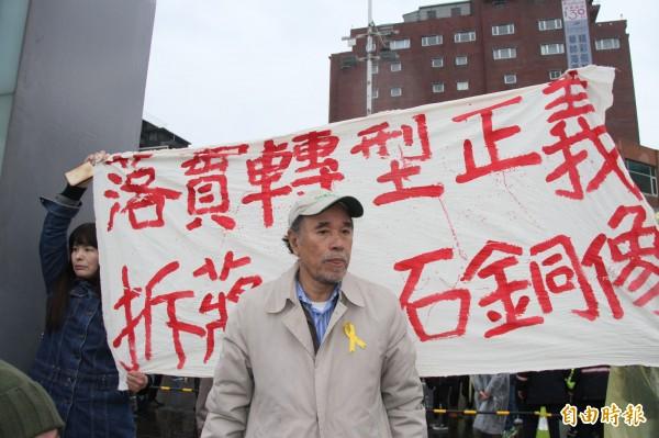 去年3月8日,蔡丁貴率眾到基隆抗議,要求拆除蔣介石銅像,落實轉型正義。(記者林欣漢攝)