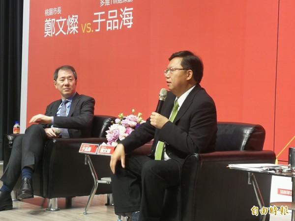 鄭文燦(右)談兩岸新關係。左為《多維TW》月刊總策劃于品海。(記者許倬勛攝)