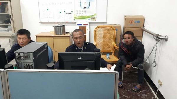 因毒品通緝在案的嫌犯(右)被臨檢的警方活逮,訊後依法移送。(記者劉濱銓翻攝)