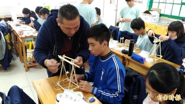 育賢國中童軍教師瓦旦希漢(左)將原住民文化融入童軍課教學,也鼓勵所有的學生透過升學改變生活,讓教育不分族群。(記者王駿杰攝)
