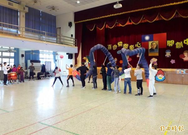 中原國小舞龍隊平日練習用的巨龍是藍紫色的,原來是穿上塑膠套子。(記者陳鳳麗攝)