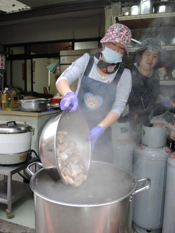 羊肉需先川燙後再下鍋與藥材包一起熬煮兩個半鐘頭。(記者翁聿煌攝)