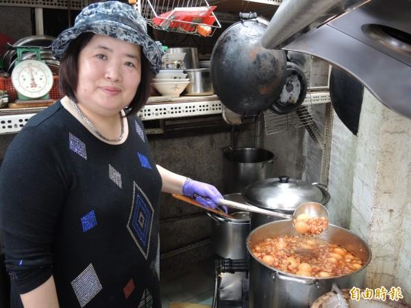 賴家羊肉的魯肉每鍋需熬煮七個鐘頭。(記者翁聿煌攝)