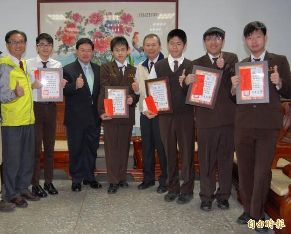 彰化市長邱建富(左3)今天頒獎表揚精誠中學5名學測滿級分的同學。(記者湯世名攝)
