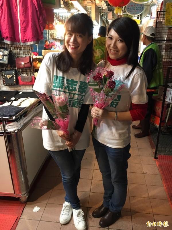 張志豪太太蔡幸芳(左)偕同好友邱聖雯一起用玫瑰花向婦女獻上祝福。(記者翁聿煌攝)