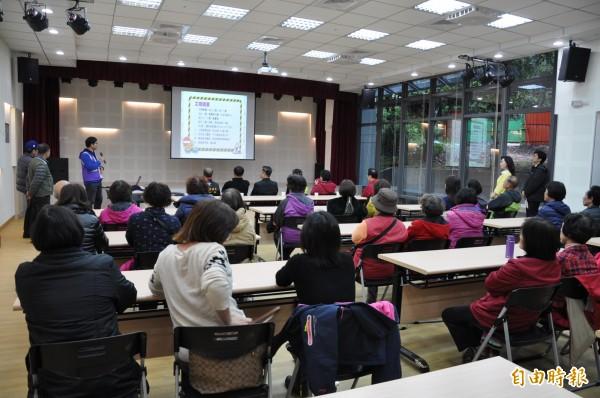 楊梅區公所舉辦「紅梅里市民活動中心」設施說明會,吸引許多居民參加。(記者周敏鴻攝)